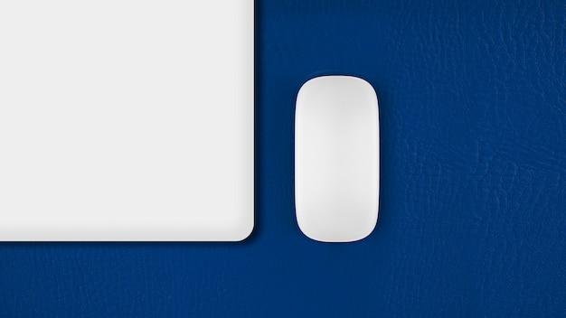 Вид сверху белого ноутбука и компьютерной мыши на синем коврике для мыши