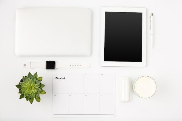ノートパソコンと白いオフィステーブルのトップビュー