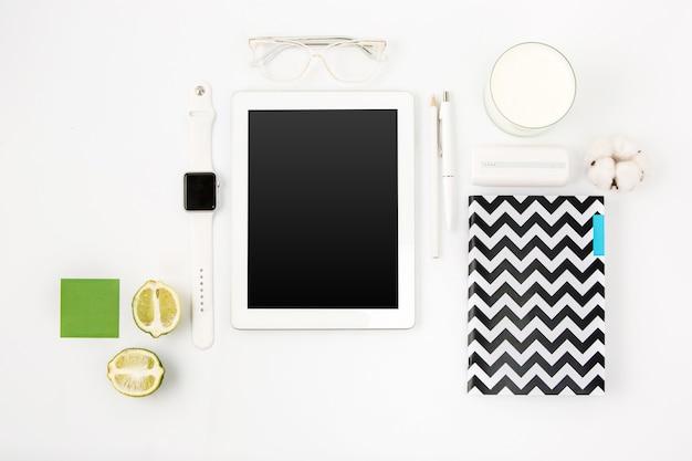 ラップトップと白いオフィステーブルの上面図