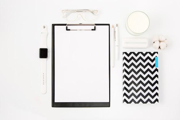 ノートブックと白いオフィステーブルのトップビュー