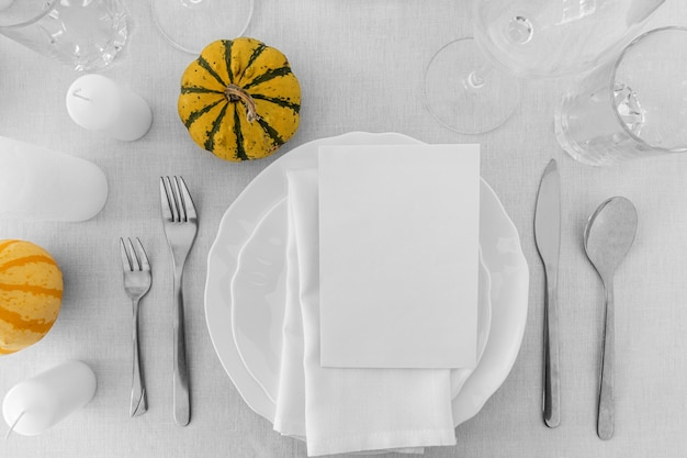 コピースペースとテーブルの上の白いプレートの上面図