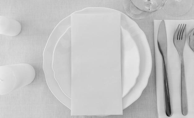 Вид сверху белых тарелок на столе с копией пространства