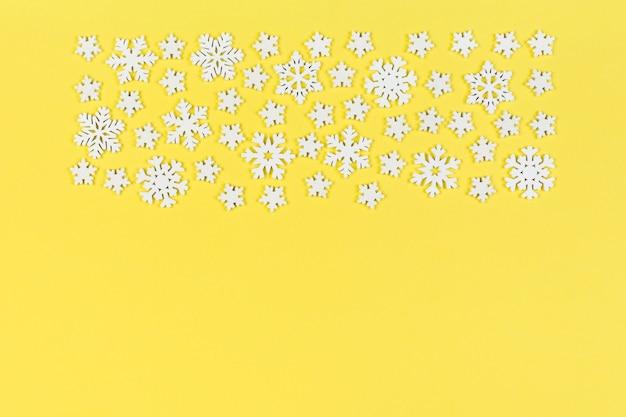화려한 표면에 하얀 눈송이의 상위 뷰