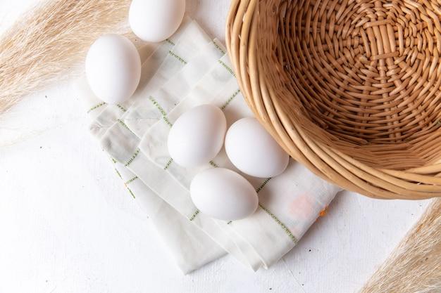 白い表面にバスケットが付いている白い全卵の上面図