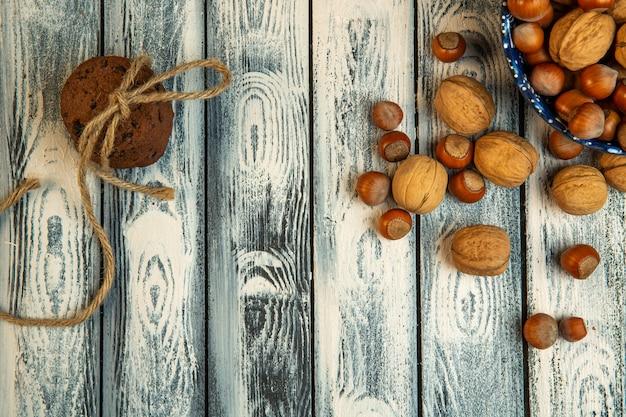 Вид сверху целых грецких орехов и фундука