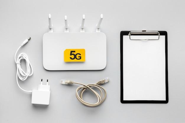 클립 보드 및 어댑터가있는 wi-fi 라우터의 윗면보기