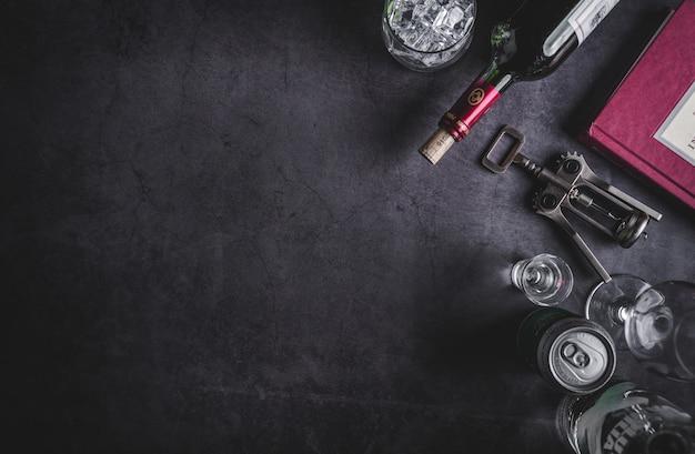 ワインの瓶、ウォッカの瓶、アイスキューブ、ビール、コルク抜きの平面図