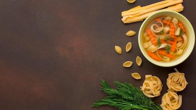 コピースペースのボウルに冬野菜スープの上面図