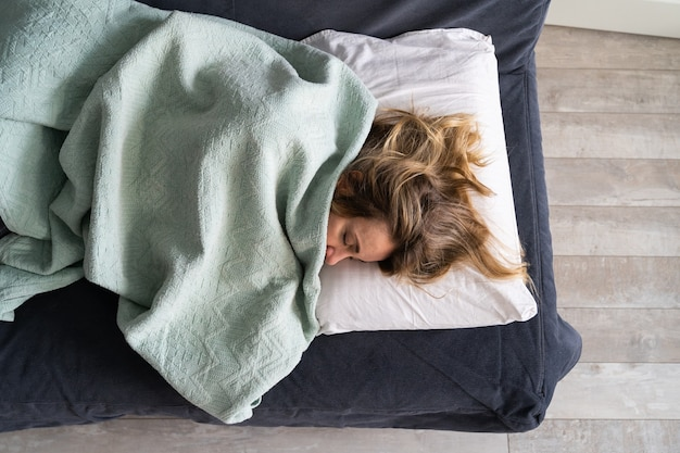 Вид сверху женщины, спящей после тяжелого дня. одиночество, тяжелый период жизни после разрыва, развода