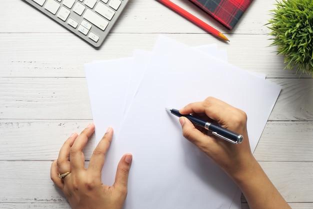 テーブルの上の空の紙に手書きの女性の上面図。