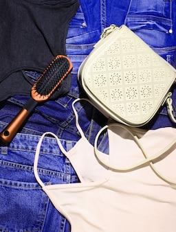 女性のアクセサリーと服のトップビュー