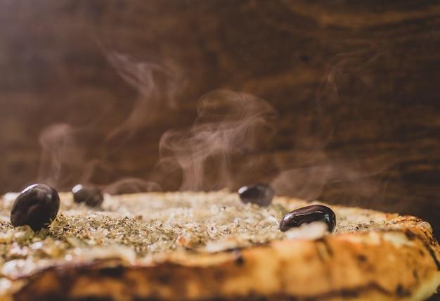 ひよこ豆の粉から作られた典型的なファイナピザと女性の手の上面図