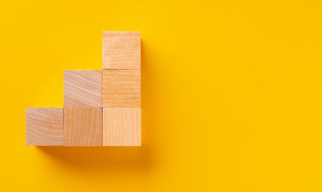 노란색에 나무 큐브의 상위 뷰