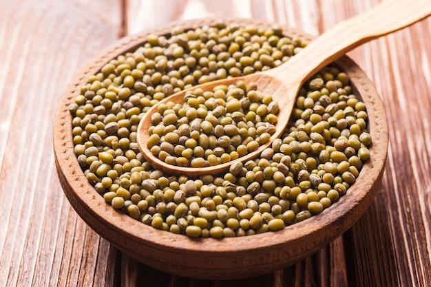 緑豆のテクスチャーでいっぱいの木のスプーンの上面図