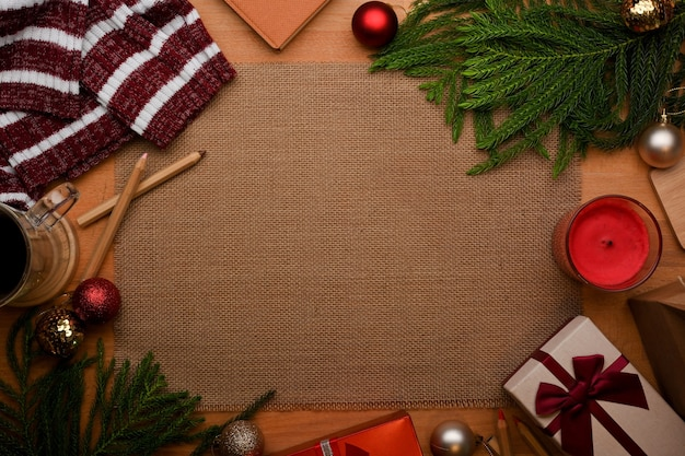 Вид сверху на деревянный стол с копией пространства и украшения в рождественской концепции