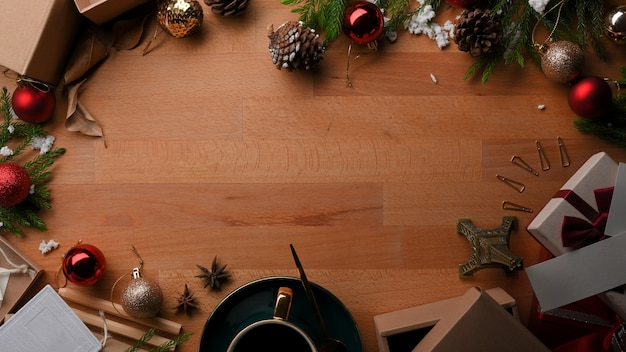コピースペース、プレゼントボックス、クリスマスコンセプトの装飾と木製テーブルの上面図