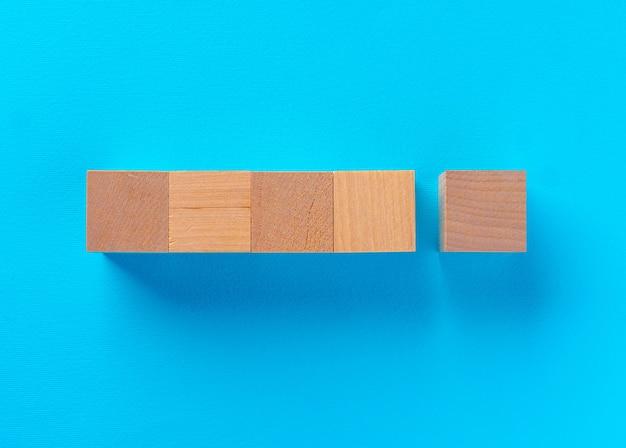파란색 배경에 나무 장난감 블록의 상위 뷰