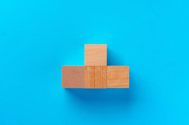 파랑에 나무로되는 장난감 블록의 상위 뷰