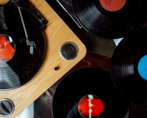 木製のターンテーブルとビニールレコードのトップビュー