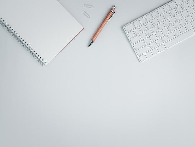 Вид сверху на рабочее место с коричневой ручкой и клавиатурой