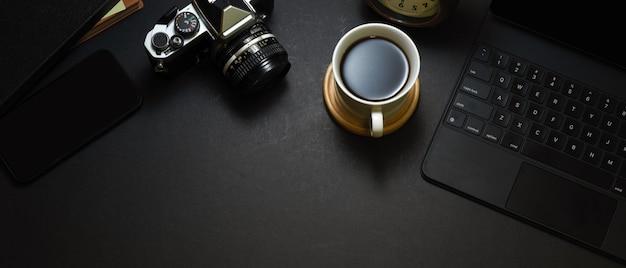 コーヒーカップ、デジタルタブレット、カメラ、ホームオフィスルームのコピーペースとワークスペースの上面図