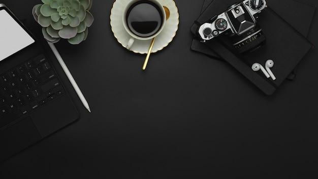 コーヒーカップ、キーボード、スタイラス、コピースペースのあるワークスペースの上面図