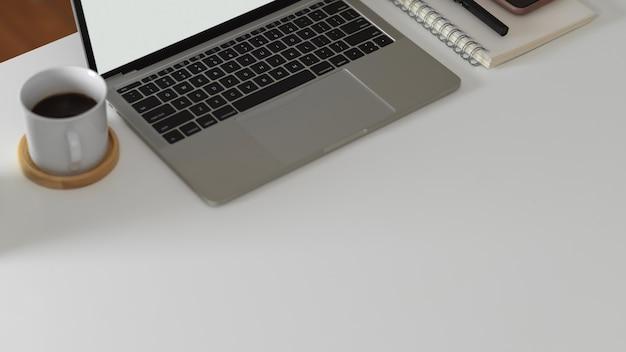 노트북, 편지지 및 커피 잔이있는 작업 공간의 상위 뷰