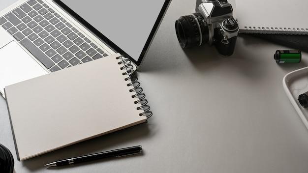 ノートブックラップトップカメラと白い机の上のコピースペースとワークスペースの上面図