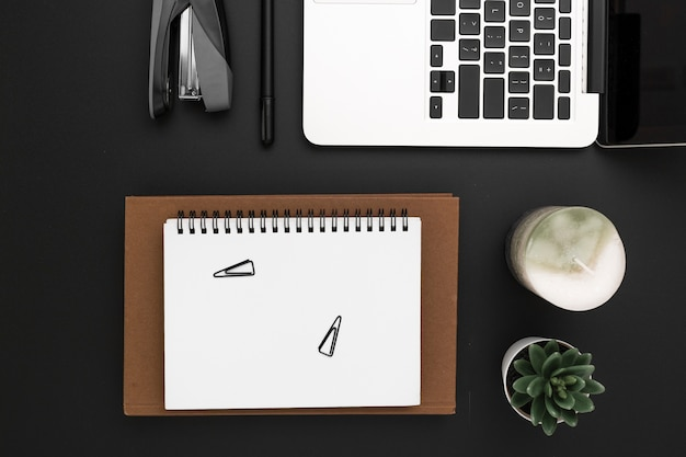 Вид сверху рабочей области с ноутбуком в верхней части повестки дня