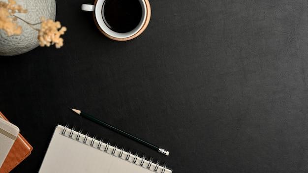 文房具、ラップトップ、コーヒーカップとワークスペースの上面図