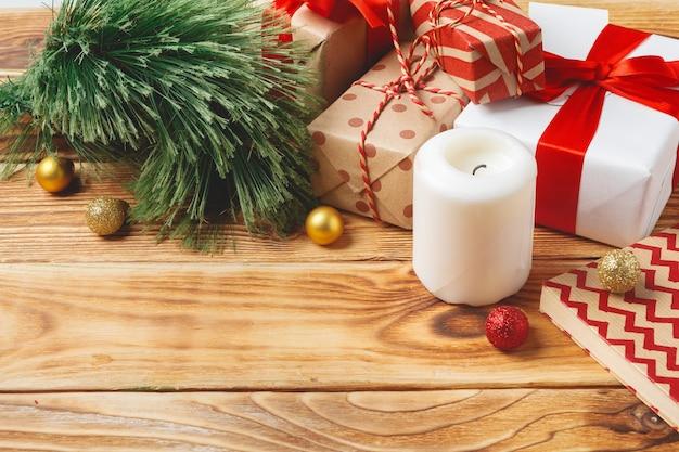 Вид сверху завернутые рождественские подарочные коробки на деревянной поверхности