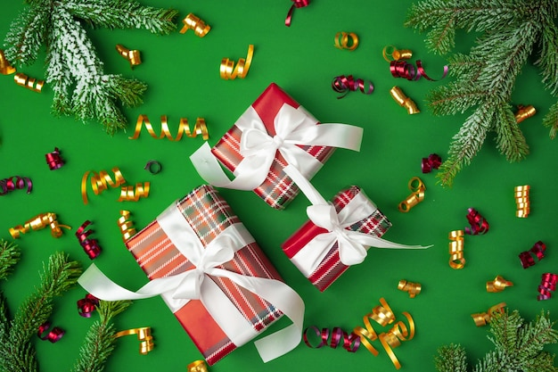 Вид сверху завернутого подарка на зеленом праздничном фоне