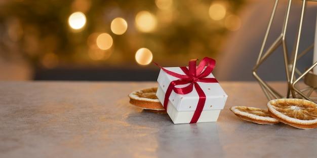 나무 배경에 빨간 리본 및 크리스마스 장난감 포장 선물의 상위 뷰
