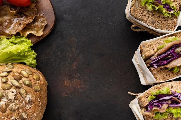 Вид сверху на завернутые бутерброды с салатом с хлебом и копией пространства