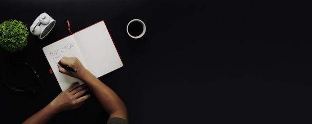 검은색 복사 공간 테이블, 새 프로젝트 및 새해 개념 작업에 대한 메모지 계획에 대한 상위 뷰