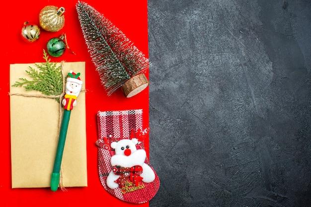 Вид сверху рождественского настроения с аксессуарами для украшения номеров рождественской елки на красном и черном фоне