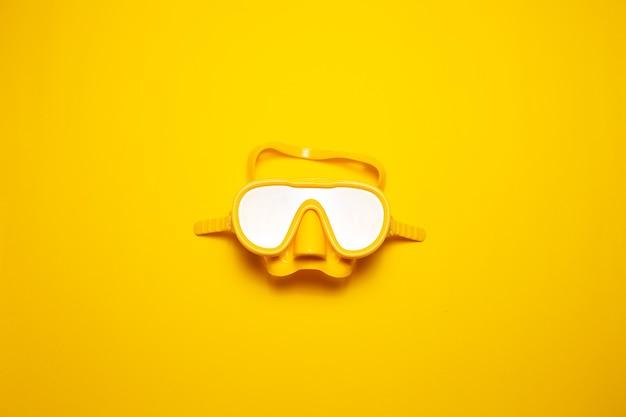 고립 된 노란색 다이빙 마스크의 상위 뷰