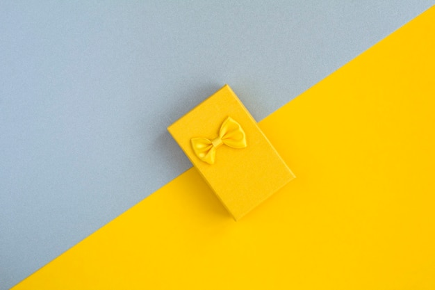 ツートンカラーの表面にある黄色のギフトボックスの上面図
