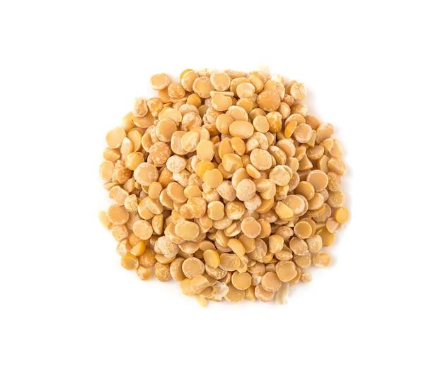 노란색 분할 완두콩 씨앗의 상위 뷰입니다. 흰색 배경에 고립 된 원시 음식