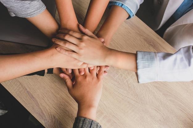 チームワークの握手をしている若いビジネスマンの上面図