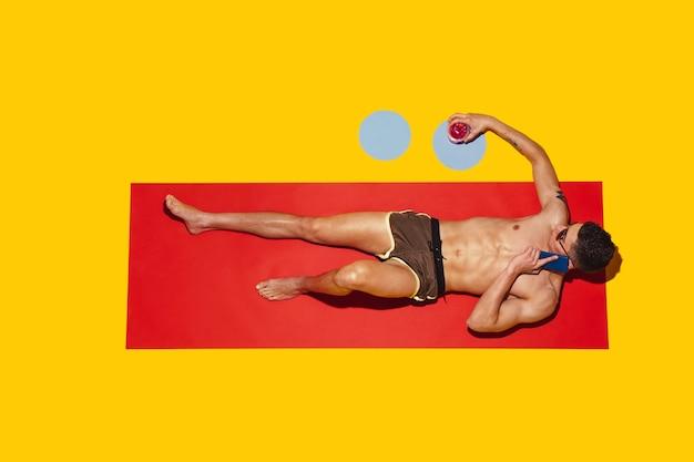 Вид сверху молодой кавказской мужской модели, отдыхающей на морском курорте