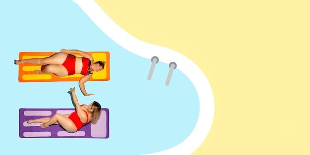 Вид сверху молодой кавказской модели, отдыхающей на морском курорте на синем и желтом фоне, как океан и песок в ярком купальнике. copyspace. концепция лета, вечеринки, расслабления, отдыха, дружбы