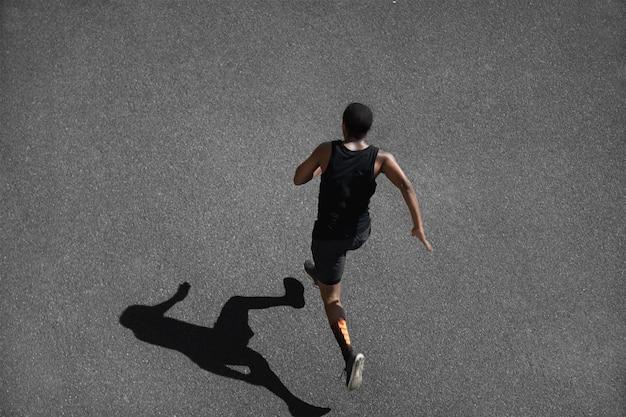 Вид сверху молодого человека, бегающего трусцой