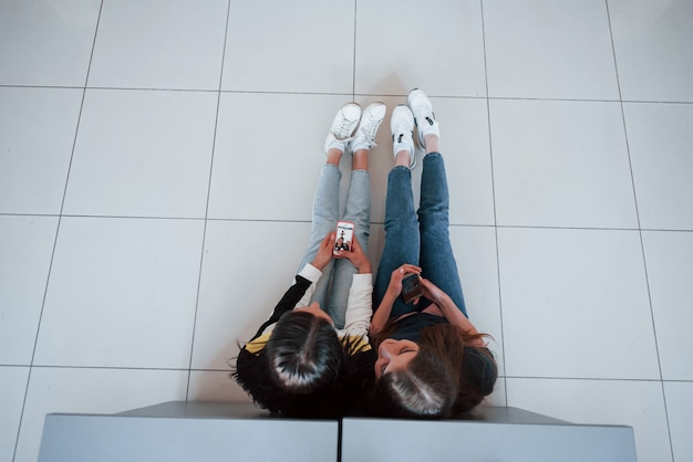 Вид сверху молодых людей в повседневной одежде, работающих в современном офисе