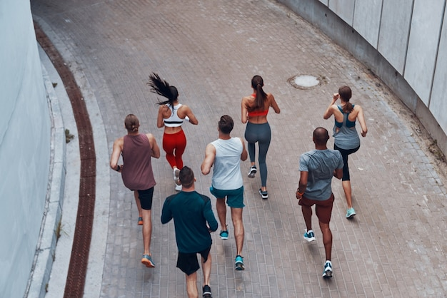 야외에서 운동하는 동안 조깅 스포츠 의류에 젊은 사람들의 상위 뷰