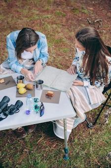 キャンプ場でロードマップを探している若い女性の上面図