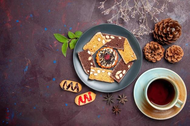 黒のお茶とおいしいケーキのスライスの上面図 無料写真