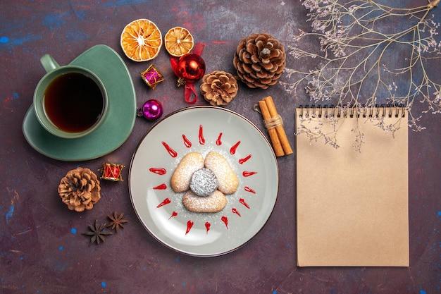 블랙에 차 한잔과 함께 맛있는 쿠키의 상위 뷰