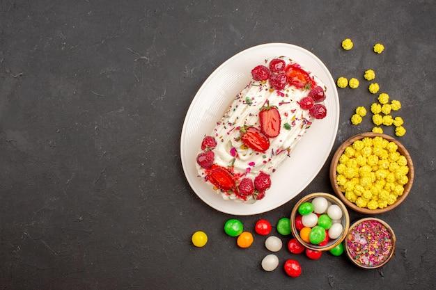 ダークグレーのキャンディーとおいしいフルーティーケーキの上面図