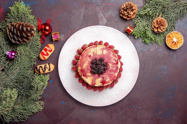 暗い上に新鮮なイチゴとおいしいゼリーパンケーキの上面図